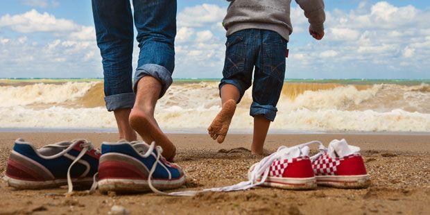 Schon als Kleinkind laufen wir fast ausschließlich in starren Schuhen und auf glattem Boden. Das unterfordert die Fußmuskulatur. Denn unsere Füße sind für natürliche Bewegungen ausgestattet. Die führen wir aus, wenn wir barfuß über verschiedene unebene Böden laufen, zum Beispiel über Wiesen, Sand, Steine oder Erde. Aber das passiert immer seltener. Bei den meisten höchstens einmal im Jahr am Strand.