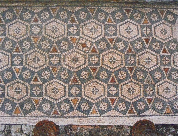 Ala Sul do Peristilo da Casa da Cruz Suástica - Composição em favo de quadrados e triângulos equiláteros, formando dodecágonos secantes com decoração geométrica. 2ª metade do séc III