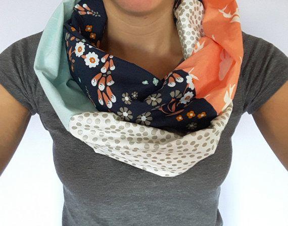 Foulard infini têtes de chevreuil corail et marine avec petites fleurs roses et blanches, foulard bleu et pois métalique, Acessoire femme