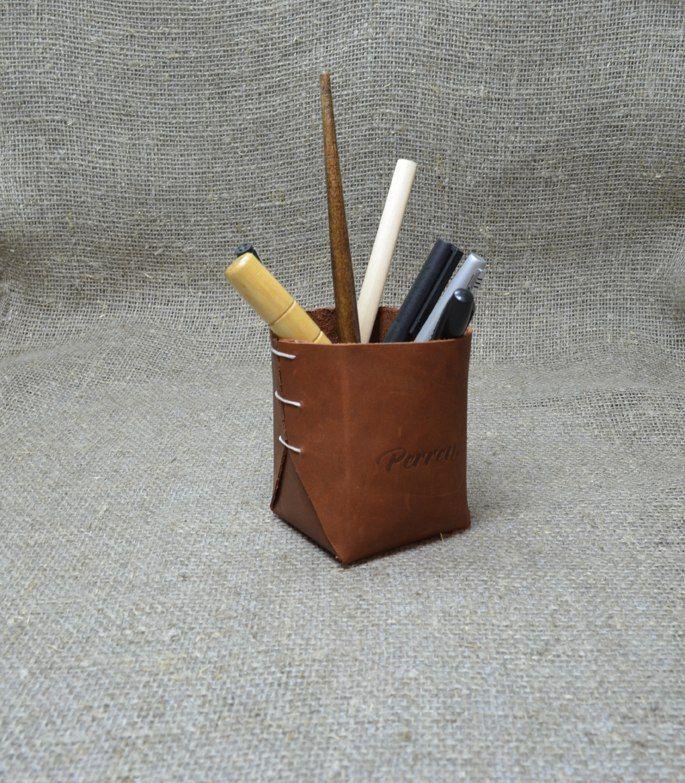 Стакан для ручек Perren.  Натуральная кожа, размер: 6х6х9 см. Цена: 650 руб. Свяжитесь с нами: vk.com/id1237202 Viber, WhatsApp +7 (915) 567-75-84 тел.: +7 (4722) 770-780 http://www.perren.ru/#!accessories/ce37.