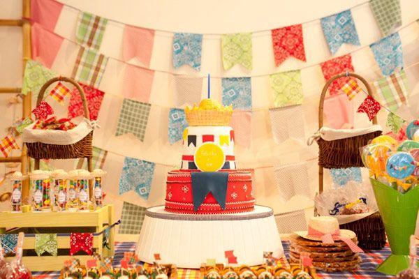 """A festinha de 1 ano do Fabinho foi comemorada em clima de festa junina! Um """"arraiá"""" pra lá de animado, com direito a comidinhas típicas e chapéu de palha p"""