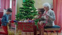 """Pubblicità pandoro Paluani Natale 2016 """"Dolci giorni a tutti"""" con nonna e bambino che fanno l'albero. Informazioni sulla canzone che fa da sottofondo musicale."""