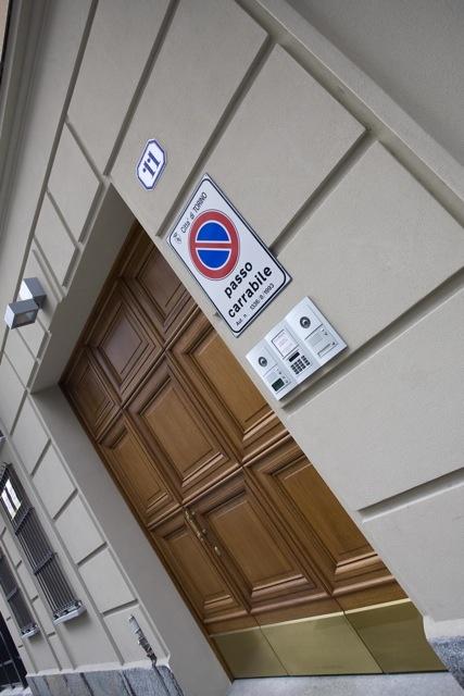 Palazzo Minerva. Portone in legno di Rovere. Zoccolatura in ottone. Canuto Costruzioni