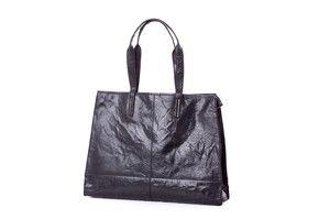 TORBA BIG SHOPPER TREATS CZARNA IL280521-A0196-100 Torebka damska Big Shopper Treats na ramię ze skóry naturalnej w kolorze czarnym, idealna na co dzień. Skórzana torebka Traets posiada jedną komorę, w środku której znajdują dwie duże kieszenie. Torebka zamykana jest na magnes. bag #Treats #shopper #fashion #leather #shopperbag #bag #leatherbags #oryginal #AW2015 #style #fashion #musthave