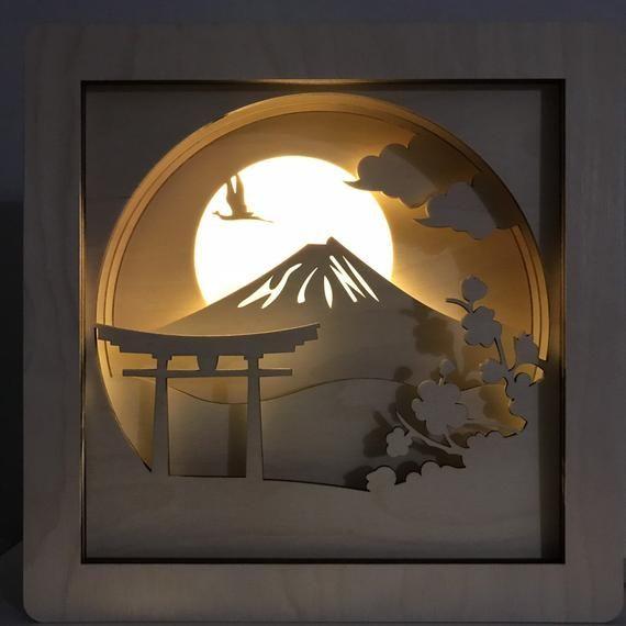 Schattenbox Lampe Schattenkastenleuchte Holznachtlicht Leuchtk Etsy In 2020 Paper Light Paper Design Forrest Gump