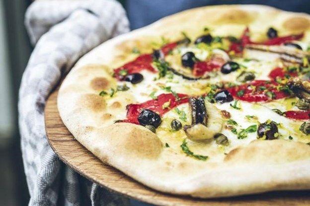 RECEPT. Zuurdesempizza met gegrilde paprika en sardine - De Standaard…