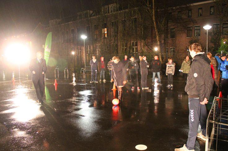 Burgemeester Jeroen Staatsen en wethouder Inge Nieuwenhuizen bij de opening van het teerveldje 2014