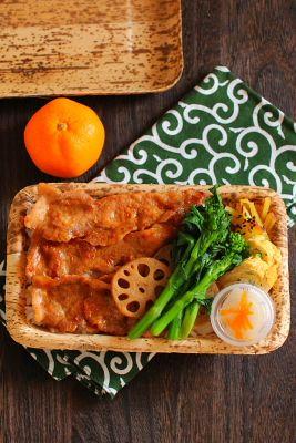 白米豚の生姜焼き青葱入り出汁巻き卵菜の花のお浸し蓮根の甘辛炒めさつま芋のバター炒め金柑大根蜜柑今日は、「豚の生姜焼き」が主役のお弁当。どーーーーーん! とご飯の上に乗っけて丼仕立てにしました。調味はいつものように「酒1:醤油1:味醂1+生姜