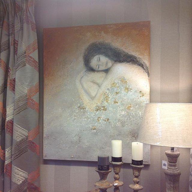 @brittlisejohnsen har kommet med nytt maleri 😍 jeg har funnet noen nye vakre tekstiler som passer . Kom innom 😊#brittlisejohnsen #malerier #tekstiler #velkommentiloss #interiørbutikk #fredrikstadsentrum