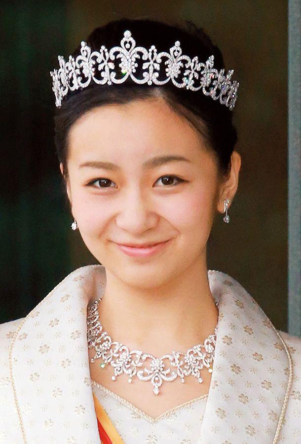 秋篠宮佳子内親王(あきしののみやかこないしんのう)殿下 : 女性皇族は、天皇陛下との血縁の近さに合った大きさのティアラをつけ、ドレス姿で一堂に会する。天皇陛下の孫である眞子さまはティアラなど宝飾品一式を2856万円で購入。大正天皇のひまごにあたる三笠宮家や高円宮家の女王たちは1500万円程度のものだった。佳子さまは眞子さまと同格の値段のものをつけることになる。 購入費用は国家予算だ。以前は随時契約だったが、最近は和光とミキモトを中心に指名競争入札で落札業者が決まっていた。眞子さまの際は和光だった。 「今回は初めて一般からデザインを公募し、東京芸大学長など識者による審査委員会で落札業者が決まることになりました。当初、秋篠宮家と佳子さまのご意向と報じられましたが、これは国の意向です」(宮内庁幹部)