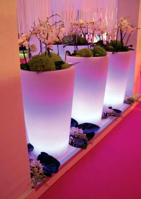 El mobiliario con luz se enmarca dentro de la tendencia decorativa minimalista, el estilo actual por excelencia, que se establece a partir de líneas puras y formas geométricas básicas, otorgando a los ambientes serenidad y un gran bienestar. LEER MAS: http://www.enchufix.com/blog/minimalismo-y-tecnologia-led-en-tus-macetas-jardineras-iluminadas/