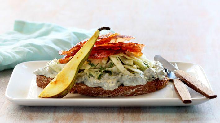 Sandwich med spekeskinke, blåmuggost og pære