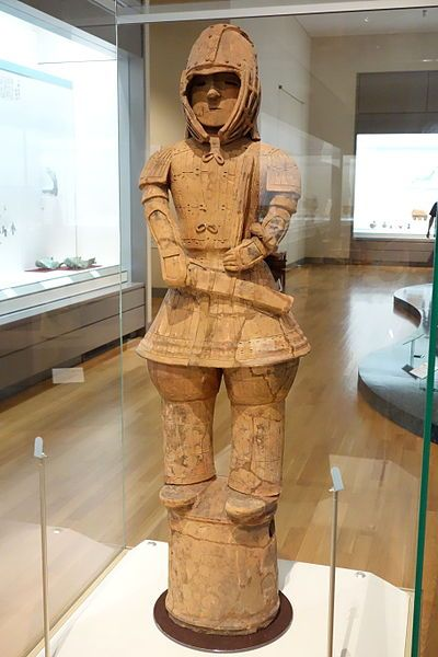 Archivo: Guerrero en Keiko Armor, La Búsqueda, periodo Kofun, siglo sexto, haniwa (terracota tumba estatuilla) de Iizuka-machi, Ota-shi, Gunma - Museo Nacional de Tokio - DSC06425.JPG