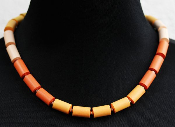 Quiling a necklace in jellow and orange