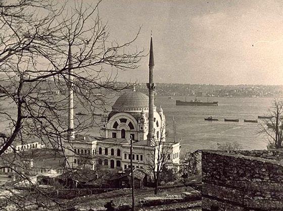 1940 yılında #İstanbul... Bu fotoğraftaki caminin adını tahmin edebilir misiniz?