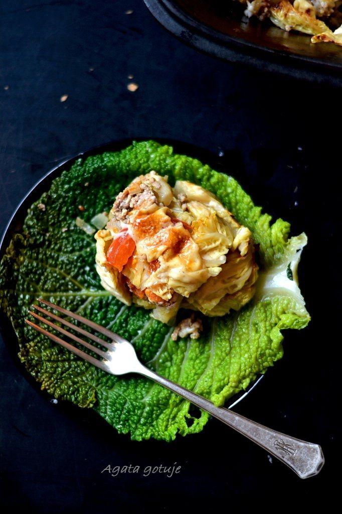 Zapiekanka z kapusty włoskiej i mięsa pod beszamelem