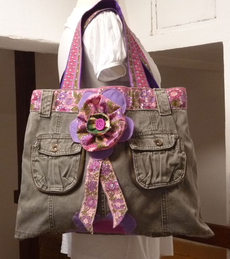 sac en jean kaki ,( récup pantalon ), porté main ou épaule , déco fleur et rubans : Sacs à main par nemorosa