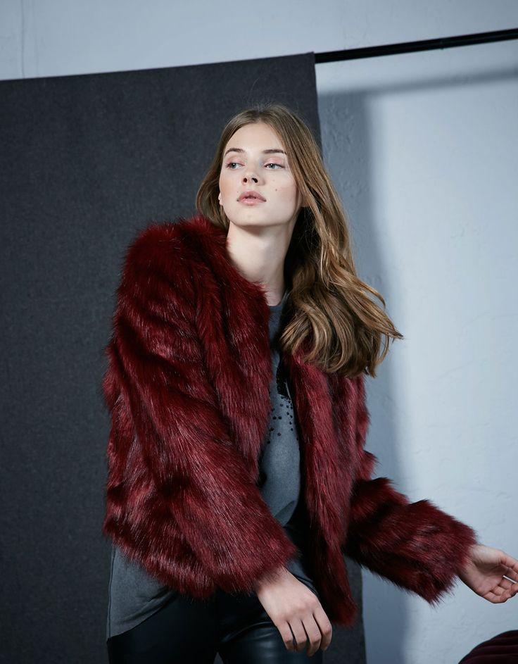 Παλτό κόκκινη γούνα. Ανακαλύψτε το μαζί με πολλά άλλα ρούχα στο Bershka, με νέες παραλαβές κάθε εβδομάδα.