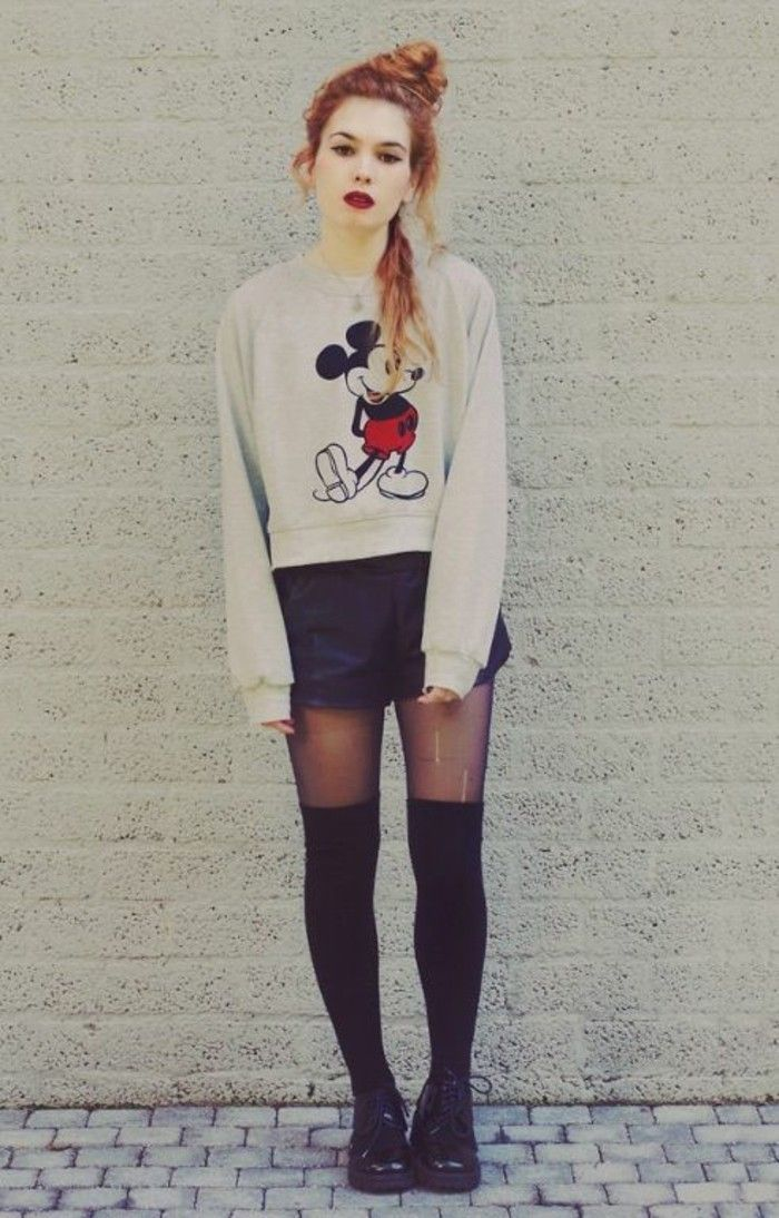 top imprimé Mickey Mouse en contraste avec le reste de la tenue, jambières superposées sur le collant
