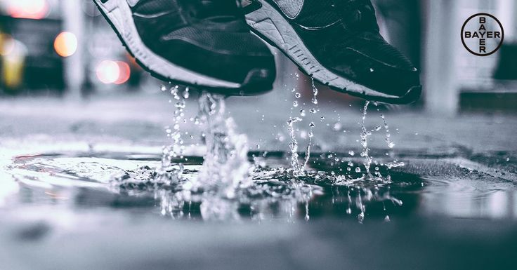 ¿En los días de lluvia acabas con los zapatos empapados? La humedad en los pies no es buena compañera, ya que favorece los hongos y el mal olor. Consejo: Llévate unos calcetines de recambio para mantener los pies secos :) Funsol® es indicado para hiperhidrosis o sudoración excesiva de la piel y el mal olor de los pies.