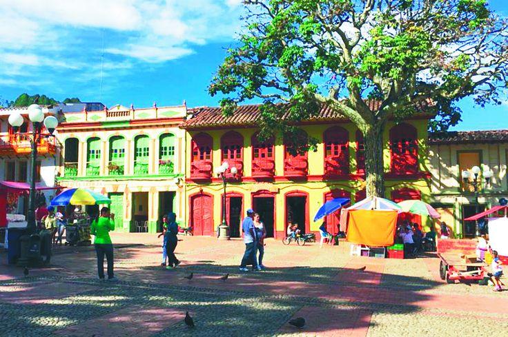 Casas con balcón y aleros, bien conservadas y de colores alegres: así es Jericó.