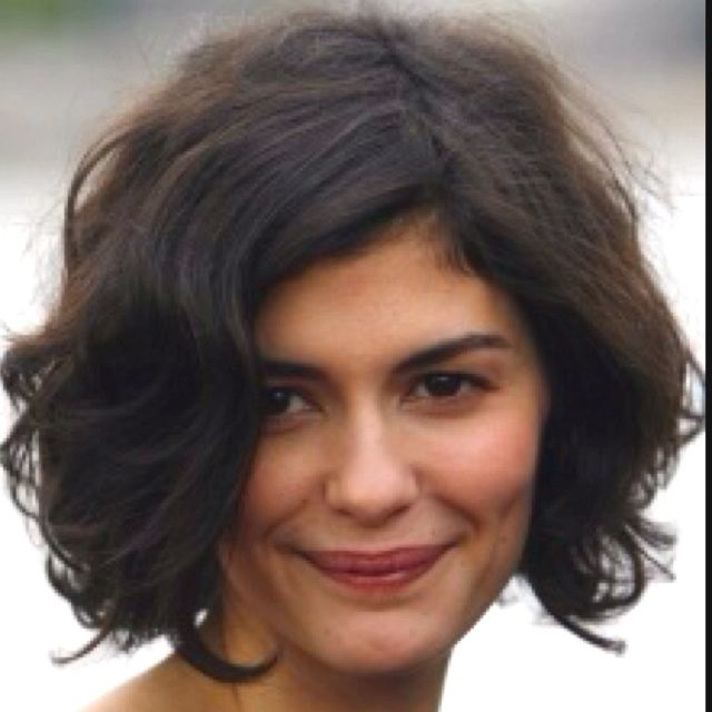 What a beautiful natural wavy curly bob hairstyle! I wish I could style my hair like this.