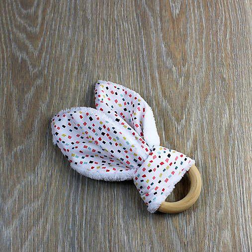 Uškaté hryzadielko, pre všetkých malých lapajov.  Drevený krúžok je akurát do detskej ručičky a pomôže pri prerezávaní zúbkov. Pred použitím môžete na chvíľu vložiť do mrazničky. Ušká dieťatko zabavia a pomôžu pri precvičení jemnej motoriky.