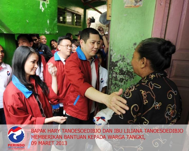 Bapak Hary Tanoesoedibjo dan Ibu Liliana Tanoesoedibjo memberikan bantuan kepada warga Tangki , 9 Maret 2013