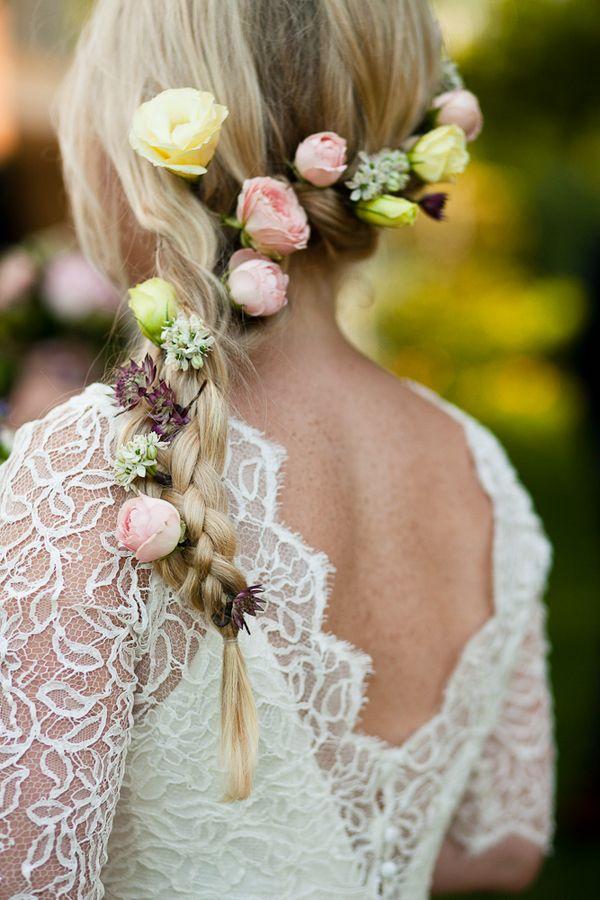 : Penteado para noivas com trança e flores