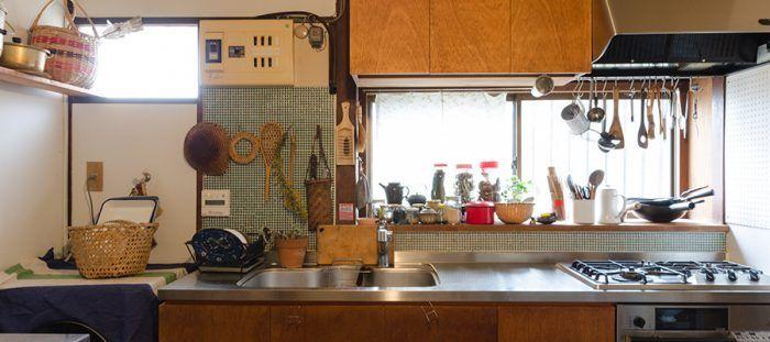 「平屋のカタチが気になる」と北川さん。築50年の一軒家を古さに合わせてリフォーム。昭和の風情が残る家屋で、昔の道具を大切に暮らしている。