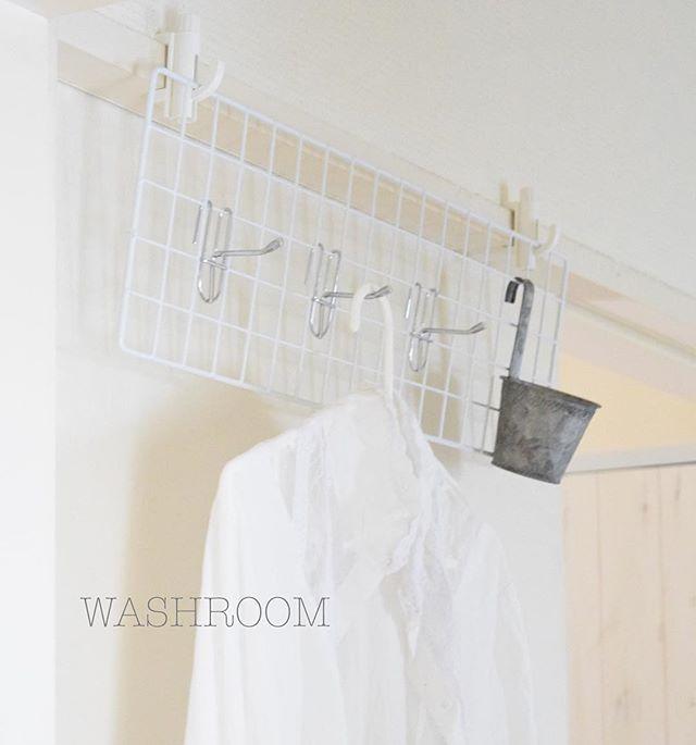 ... 洗面所にちょい掛け空間を作りました。 . 我が家の洗面所は 階段横からの引き戸と キッチン横からの引き戸から入れるようになっているので 有効活用できる壁がほぼないんです(^^;; . ちょいっとかける場所はな ダイソー商品が役立ちました♪ . 洗面所の梅雨対策にもなるかな〜。 . . お返事前なので コメントお休みします❁ . . #洗面所#梅雨対策#ダイソー#100均# 便利アイテム#washroom#bathroom #ワイヤーフック#衣服#洗濯#シンプルインテリア#シンプルライフ#ニトリ#ハンガー#マイホーム#暮らしの知恵#家事#暮らし#日々#ブログ