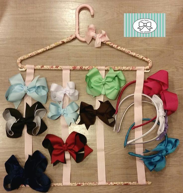 Cabide porta laços e tiaras, proporciona uma maneira fácil e organizada para guardar os laços e tiaras sem deformá -los. Pode ser confeccionado em várias cores.