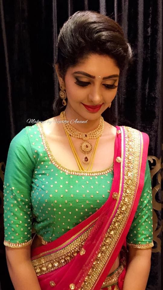 Aishwarya looks gorgeous for her Beegara Oota ceremony. Makeup and hairstyle by Vejetha for Swank Studio. Pink lips. Bridal jewelry. Bridal hair. Bridal lehenga. Indian Bridal Makeup. Indian Bride. Gold Jewellery. Tamil bride. Telugu bride. Kannada bride. Hindu bride. Malayalee bride. Find us at https://www.facebook.com/SwankStudioBangalore