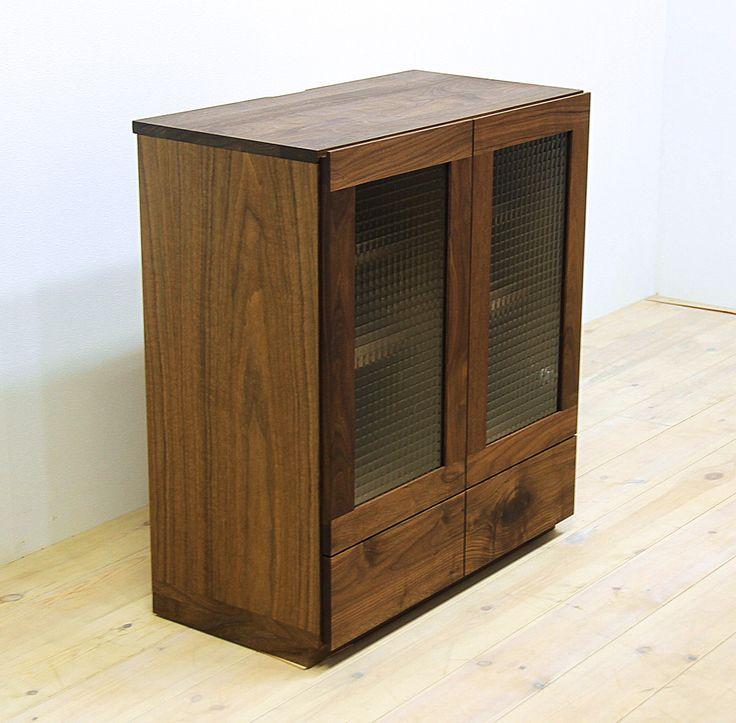 当店のキャビネット「凛(幅750/ウォールナット)」です。 天然木・無垢材を活かしたシンプル、シックでモダンな高級感ある雰囲気を演出します。自然工房【kyno.jp】