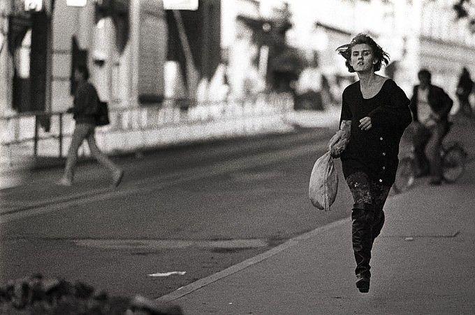 """#Emotions and #Storytelling - 30 Settembre 1993 #Sarajevo, storia di una fotografia: """"Quella ragazza che correva sotto le bombe"""""""