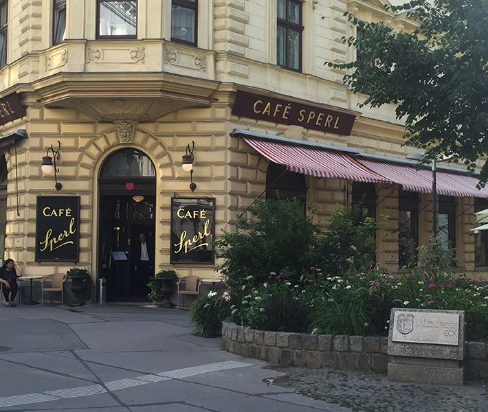 Das Cafè Sperl ist eines der ältesten Kaffeehäuser Wiens (seit 1880) und bietet alles, was die Frühstückerin von Welt sich von einem traditionellen Wiener Kaffeehaus erwartet.
