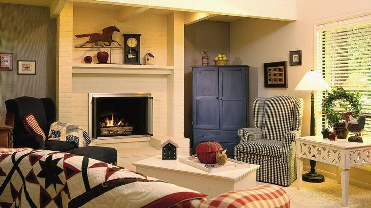 Гостиная в строгом американском кантри - функциональная комната без излишеств декора. Фото