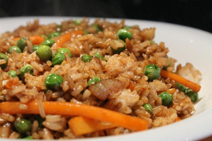 A kínai zöldséges sült rizs köretnek de önálló fogásnak is tökéletes. Ez a recept vegán diétának is megfelel, de a húsevők - mint én - is imádni fogják!