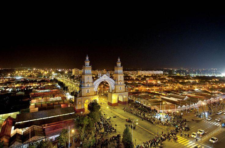Sevilla es famosa por su primaveral Feria de Abril. Durante la celebración, el recinto ferial se llena de farolillos y casetas donde poder disfrutar.