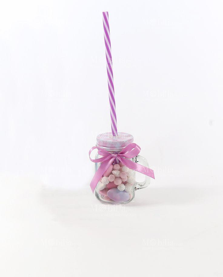 Barattolo in vetro con cannuccia confezionato con nastro in raso rosa. All'interno il barattolo è completo di riccetti bianchi e rosa e confetti sfumati rosa al cioccolato Maxtris,