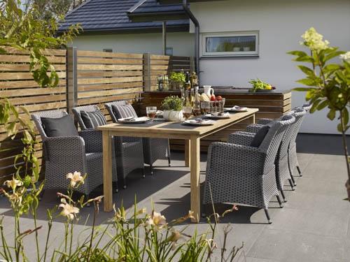 """Nora & Dharma – Teakbord med infällda superstoneglas, tillsammans med stolen Dharma. Dharma är flätad av PP-band eller """"Brafatex"""" som vi kallar det. Ett slitstarkt och vädertåligt material. Utemöbler, trädgårdsmöbler, Outdoor furniture."""