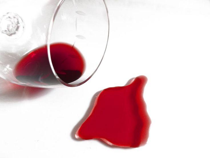 Sieco te ofrece consejos de limpieza para eliminar las manchas de vino en distintas superficies.  Tu empresa de limpieza en Madrid Sieco Servicios Integrales