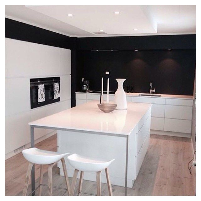 White kitchen + black wall = cool solution ❤️ Cred: @siwmarit67 #manobykvik#kvikkitchen#kvik#kitchen#køkken