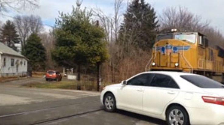 Tödlicher Unfall auf Video: Zug kracht in ein fahrendes Auto!