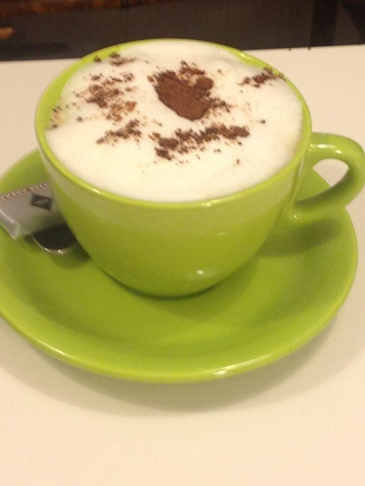 Café capuchino con una pizca de cacao y una onza de chocolate.