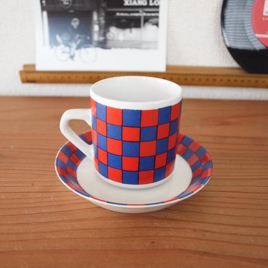 【ARABIA ヴィンテージ  Tammi カップ&ソーサー】  フィンランドを代表する陶磁器メーカーARABIA(アラビア)社のカップ&ソーサー、Tammi(タンミ)シリーズです。 デコレートデザインはARABIA社を代表する女性デザイナーのEsteri Tomula(エステリ・トムラ)によるもので、シンプルなフォルムに鮮やかな赤と紫の市松模様が目を引きます。明るくポップなデザインは見ているこちらまで元気にしてくれます。