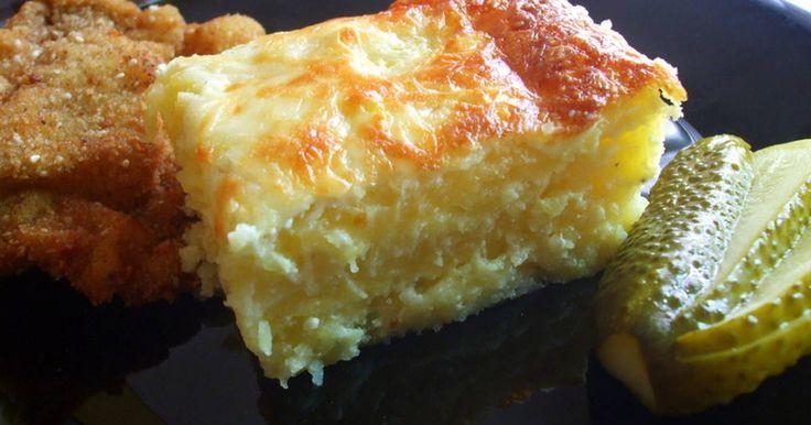 Mennyei Sajtos burgonya recept! A hevesi lagzik népszerű étele, többféle néven is emlegetik mint például: Gyula krumpli (a lagzik szakácsáról elnevezve), Lagzis krumpli. De hivatalos neve a sajtos burgonya.
