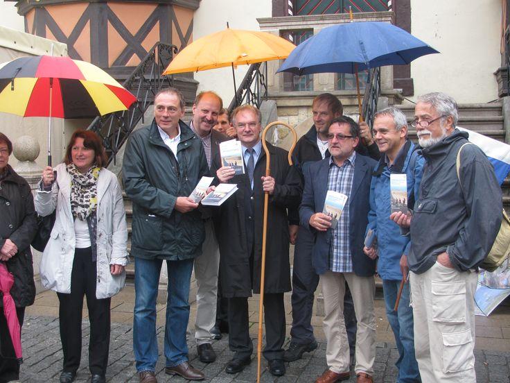 Start der 1. Etappe auf der 2. Deutschlandwanderung im Juli 2014. Der Ministerpräsident des Landes Sachsen-Anhalt Reiner Haseloff begrüßt die Pilger vor dem Rathaus in Wernigerode.