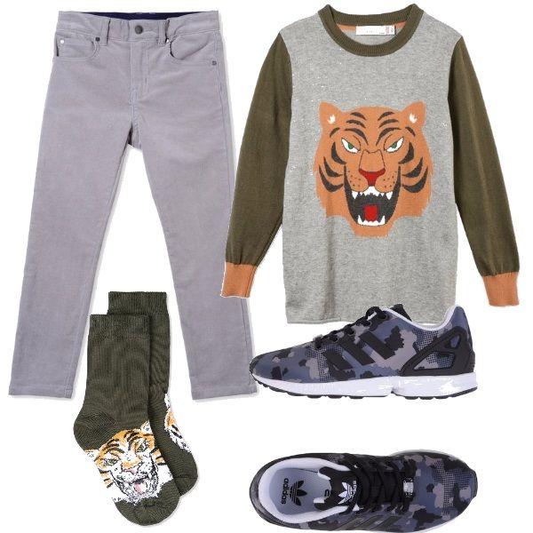 Ecco un outfit griffato e graffiante, composto dai pantaloni grigi, la felpa con stampata una tigre, i calzini abbinati e della scarpe sportive, in look grintoso.