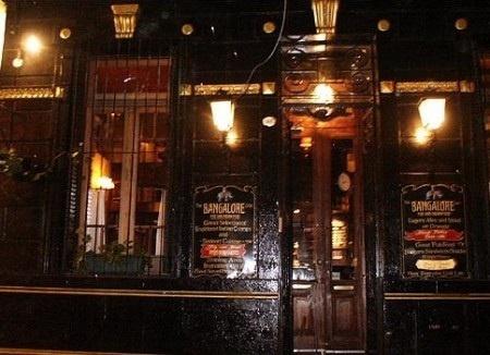 Bangalore....Un muy buen bar para tomar cervezas exoticas, en los bancos de madera ubicados fuera del bar.  Dir. Humboldt 1416, Palermo, Buenos Aires, Argentina.